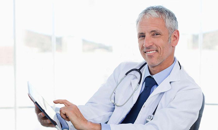Un medico consulta il suo iPad