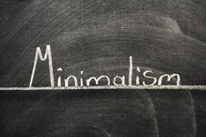 """La scritta """"minimalismo"""" su una lavagna: un monito per tutti i fotografi!"""
