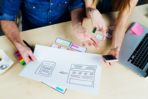 Due professionisti del web design durante la progettazione di un sito web